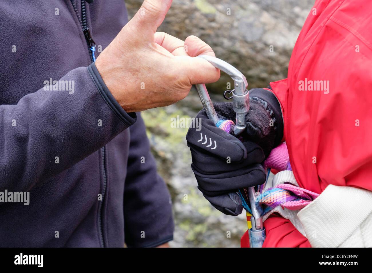 Klettergurt Männer : Kletterer lehre ein neuling karabiner klettergurt zu