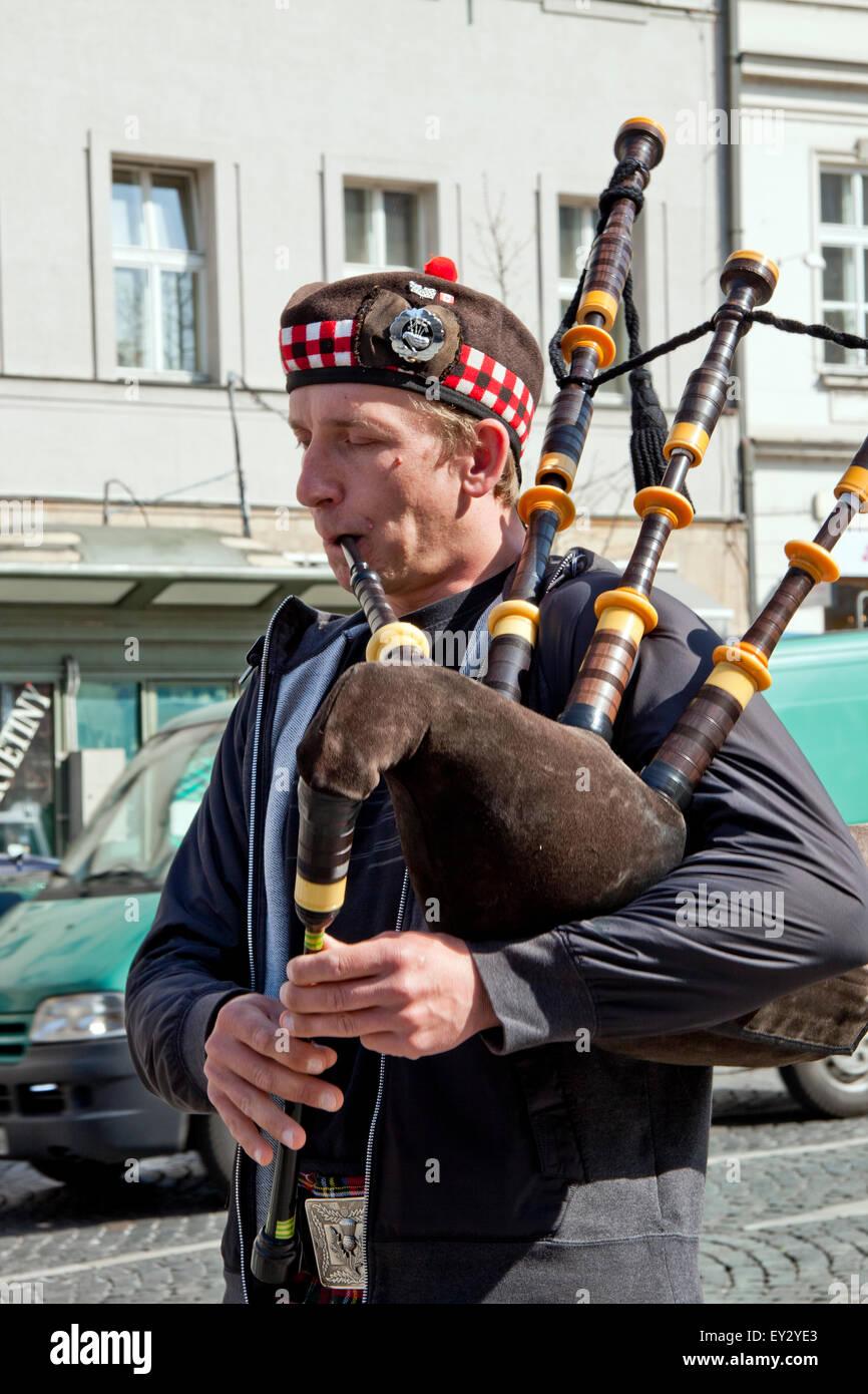 Scotsman auf die Straßen von Prag, Europa - spielen seine Sackpfeife, gekleidet in Kilt... Stockbild