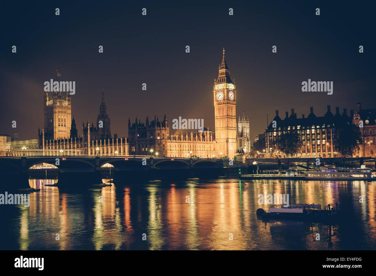 Blick auf Big Ben und Westminster über Themse bei Nacht.  Dieses Bild hat einen Retro-Filtereffekt Stockbild