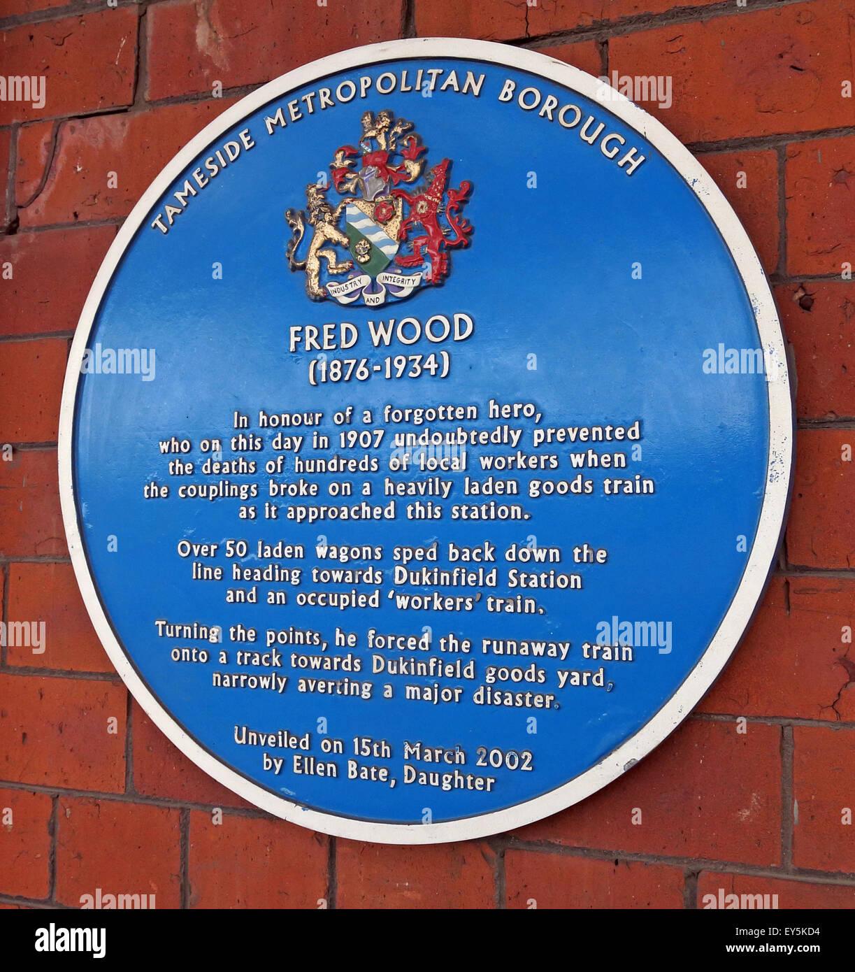 Laden Sie dieses Alamy Stockfoto Fred Holz Tameside blaue Plakette, Stalybridge Bahnhof, Lancashire, England, UK - EY5KD4
