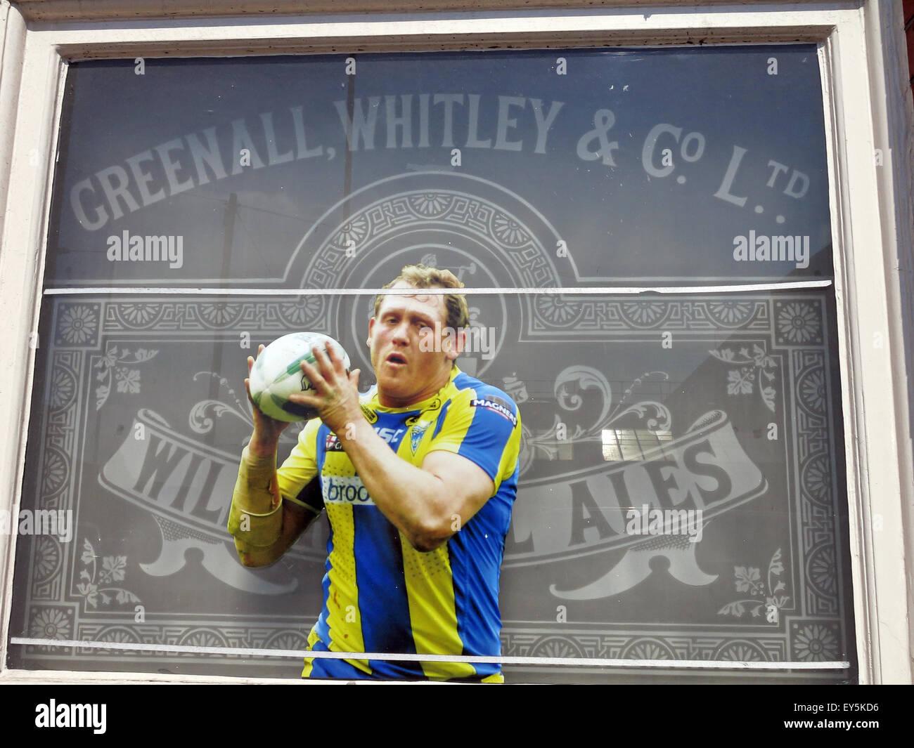 Laden Sie dieses Alamy Stockfoto Greenall, Whitley, Wilderspool Ales, Rugby, Draht-Spieler im Pub-Fenster - EY5KD6