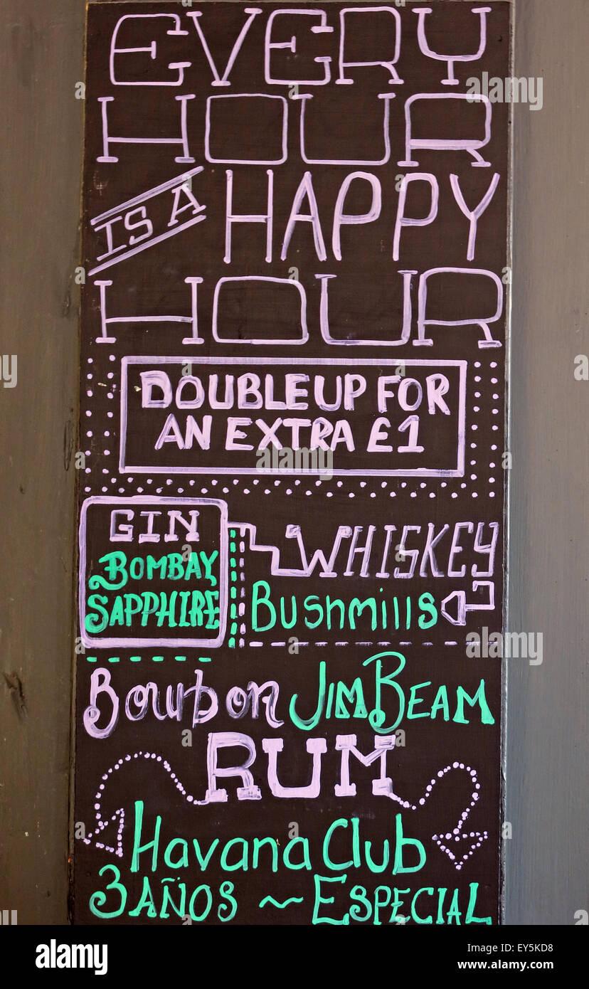 Laden Sie dieses Alamy Stockfoto Happy Hour Getränke, doppelte für zusätzliche £1 melden Sie sich an einem britischen pub - EY5KD8