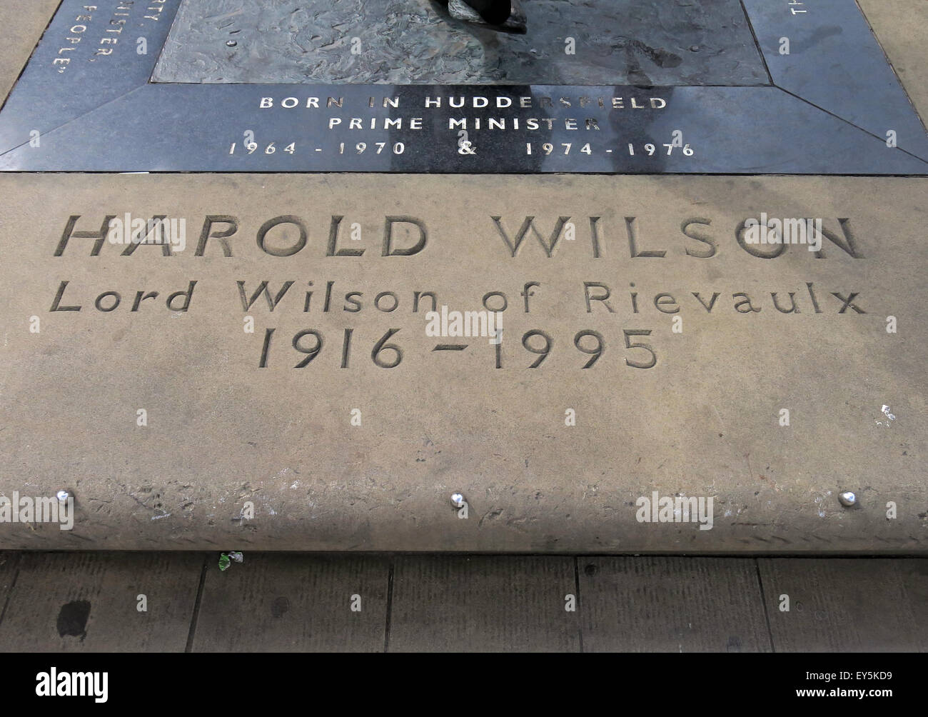 Laden Sie dieses Alamy Stockfoto Lord Harold Wilson of Rievaulx 1916-1995 Statue Inschrift, Huddersfield, West Yorks, England, UK - EY5KD9