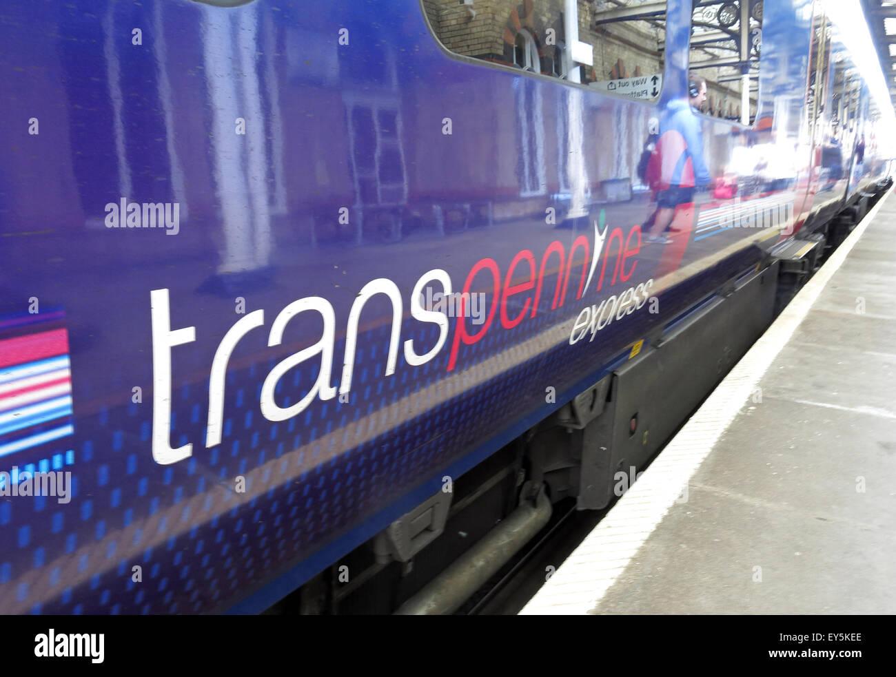 Laden Sie dieses Alamy Stockfoto TransPennine Zug Wagen am Bahnsteig, Warrington Central Station, Cheshire, England UK - EY5KEE