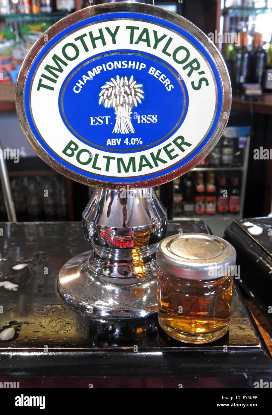 Laden Sie dieses Alamy Stockfoto Eine Pumpe und Probe von Timothy Taylor Boltmaker Bitter, in einer Bar, Yorkshire, England, UK - EY5KEF
