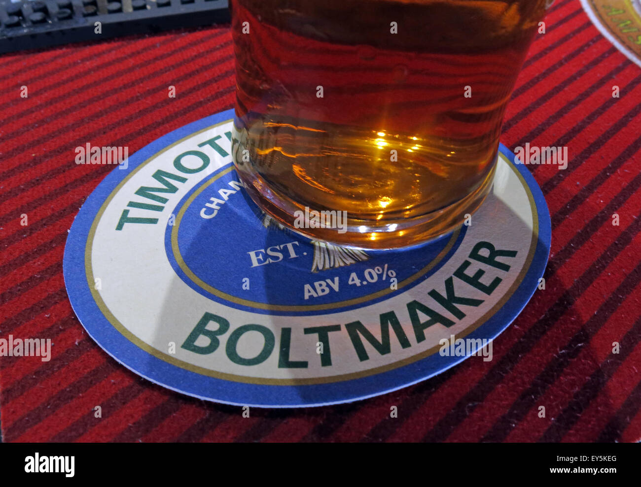 Laden Sie dieses Alamy Stockfoto Ein Pint Timothy Taylor Boltmaker Bitter, in einer Bar, Yorkshire, England, UK auf eine simGangster - EY5KEG