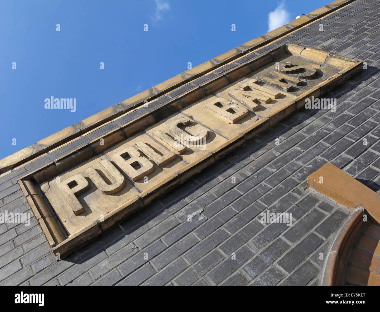Laden Sie dieses Alamy Stockfoto Warrington öffentliche Bäder Zeichen, Cheshire, England, Vereinigtes Königreich - EY5KET