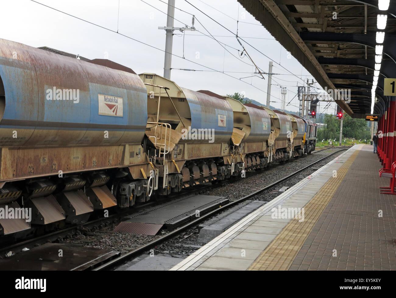 Laden Sie dieses Alamy Stockfoto Railtrack Eisenbahn-Güterwagen an einem roten Signal bei Warrington Bank Quay Station, Cheshire, England, UK - EY5KEY