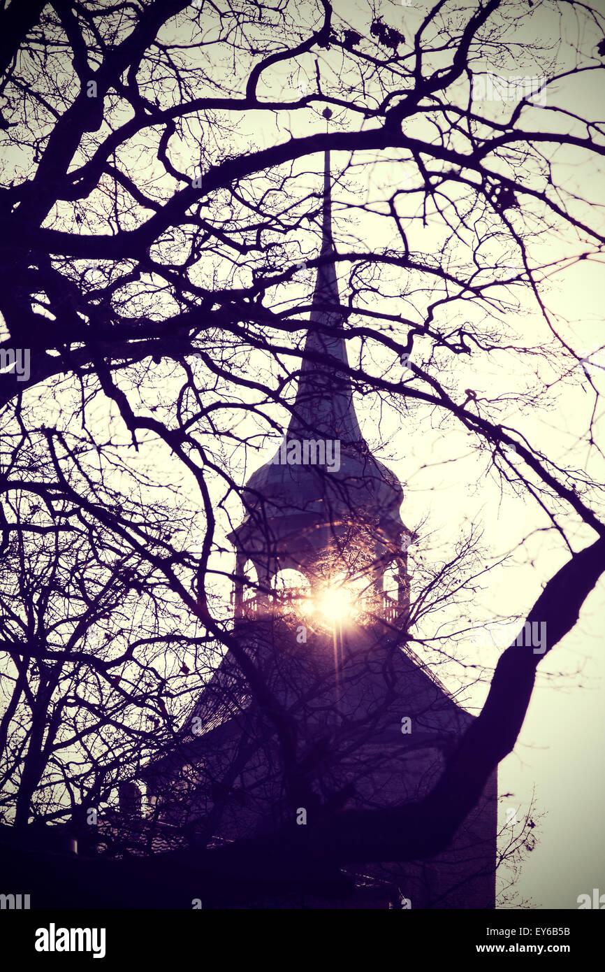 Vintage Instagram gefilterte Foto geheimnisvoll oder beängstigend Kirchenglocke Turm-Silhouette bei Sonnenuntergang. Stockbild