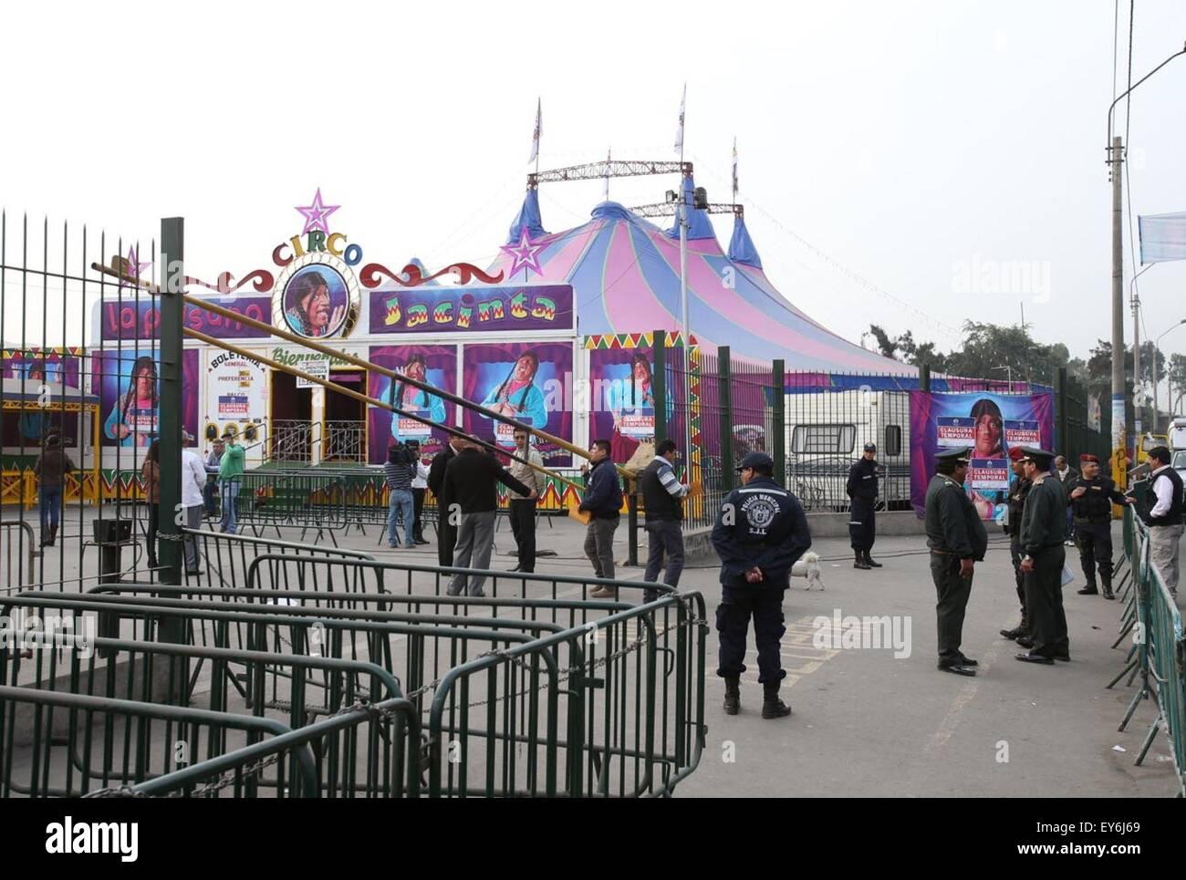 Lima, Peru. 22. Juli 2015. Polizisten arbeiten im Zirkus, wo ereignete sich eine Explosion im Stadtteil San Juan Stockbild
