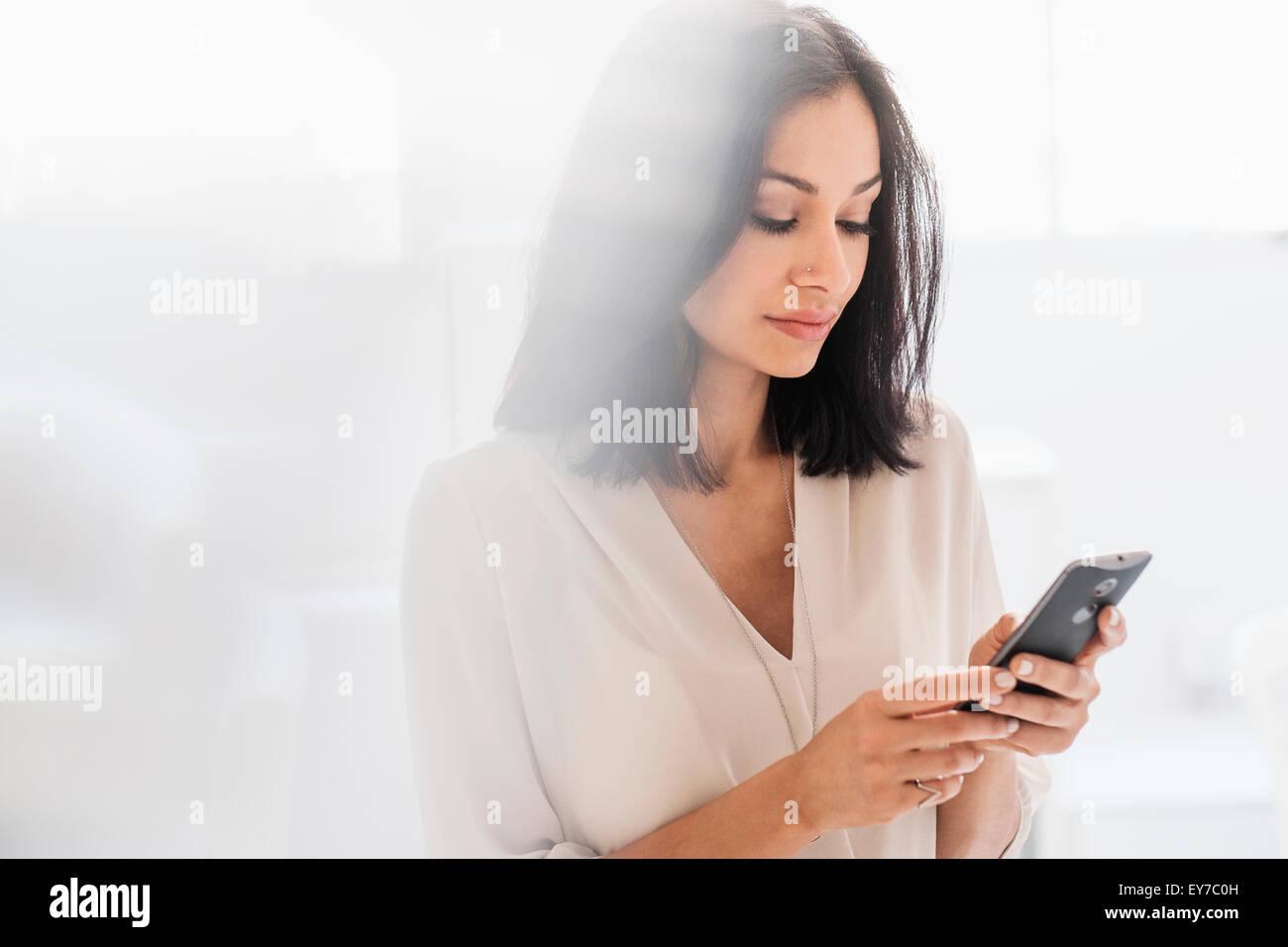 Frau mit Smartphone Stockbild