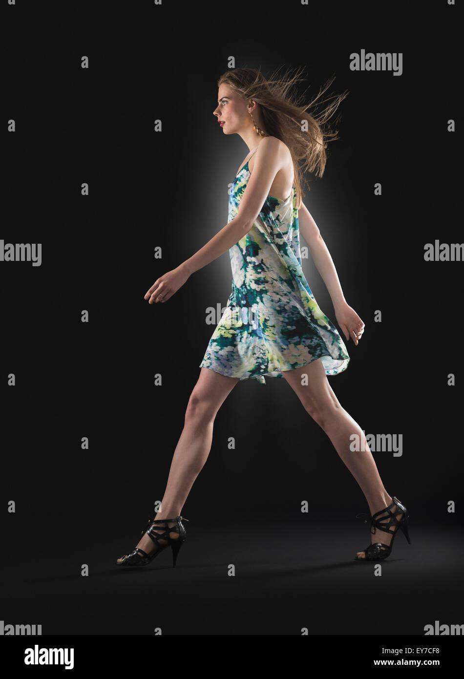Studioaufnahme der jungen Frau zu Fuß Stockbild