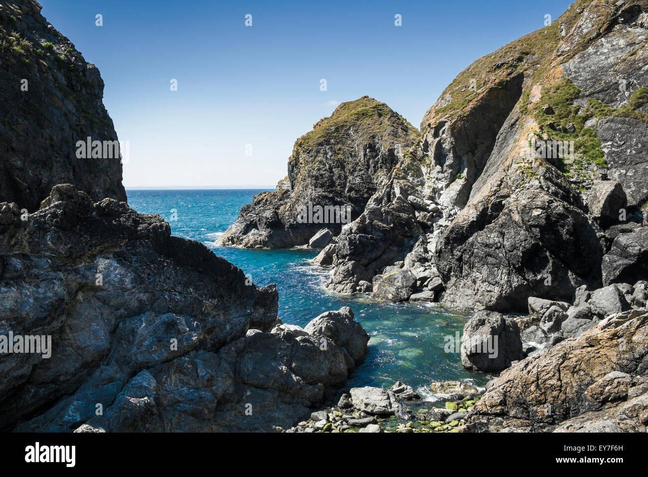 Küste Cornwalls - Felsen und Landzunge am Mullion Cove, Halbinsel Lizard, Cornwall, England, UK Stockbild