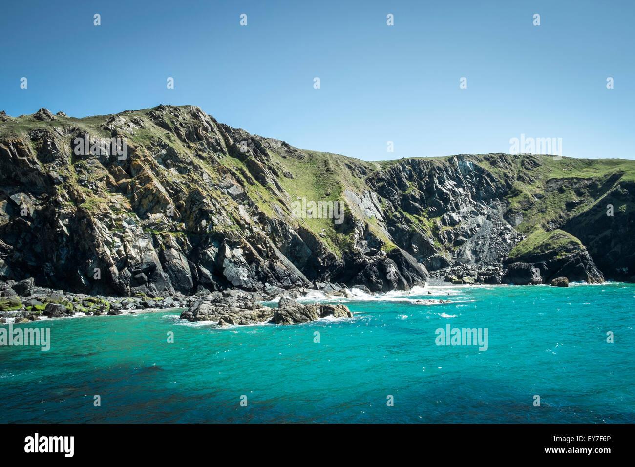 Landzunge und Klippen bei Mullion Cove, Halbinsel Lizard, Cornwall, England, UK Stockbild