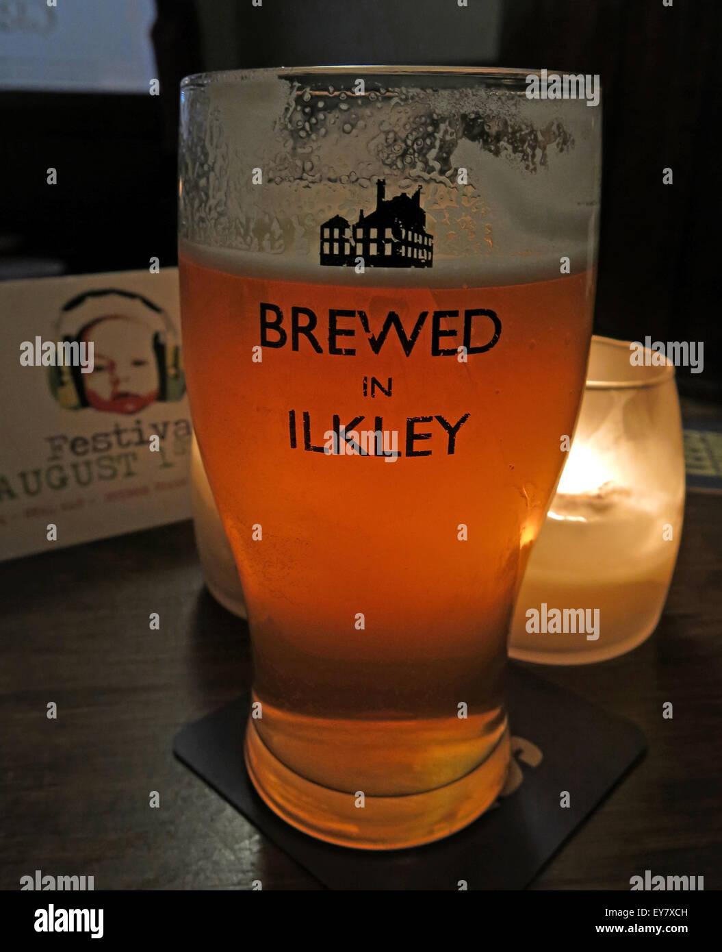 Laden Sie dieses Alamy Stockfoto Glas Bier, gebraut in Ilkley Logo, Craft Brewery, West Yorkshire, England - EY7XCH