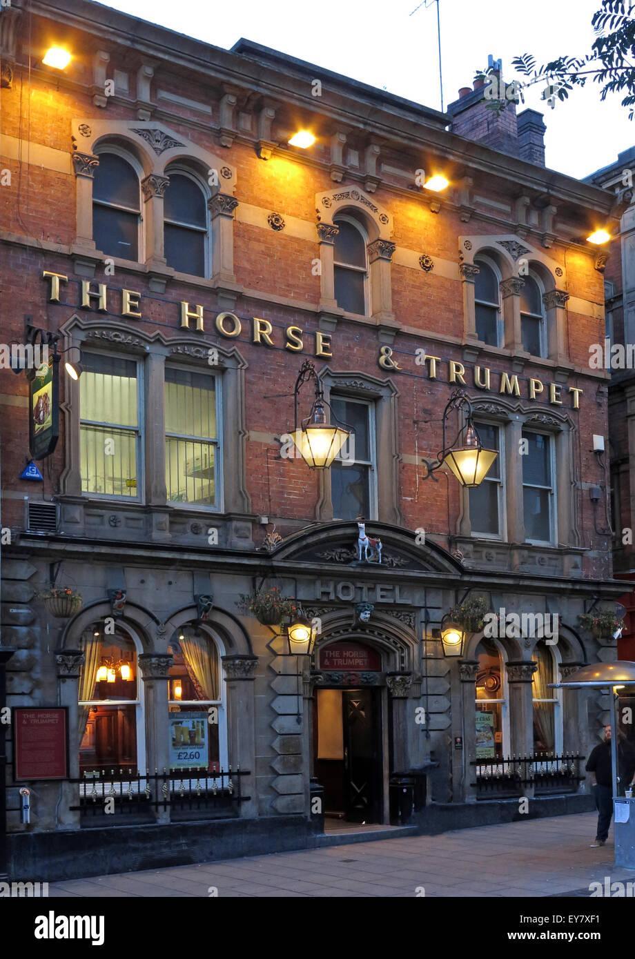 Laden Sie dieses Alamy Stockfoto Das Pferd und Trompete Pub, Leeds bei Nacht, Yorkshire, England, UK - EY7XF1