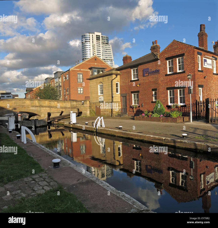 Laden Sie dieses Alamy Stockfoto Leeds Wharf Lock, Innenstadt, West Yorkshire, England, Vereinigtes Königreich (Leeds / Liverpool Canal) Reflexion - EY7XR2