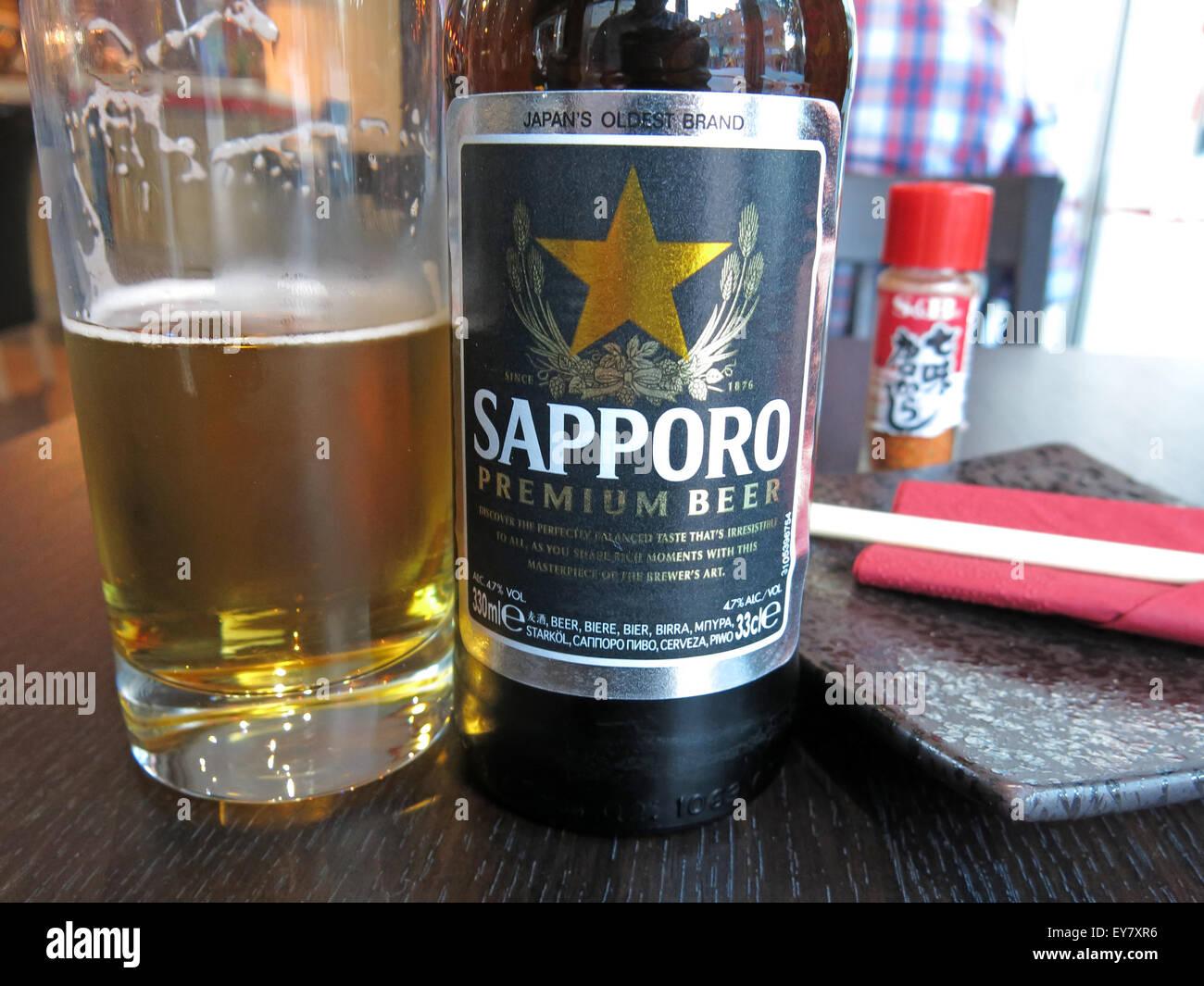 Laden Sie dieses Alamy Stockfoto Essen in einem japanischen Restaurant, Leeds, England, UK - Sashimi Tempora Miso-Suppe - EY7XR6