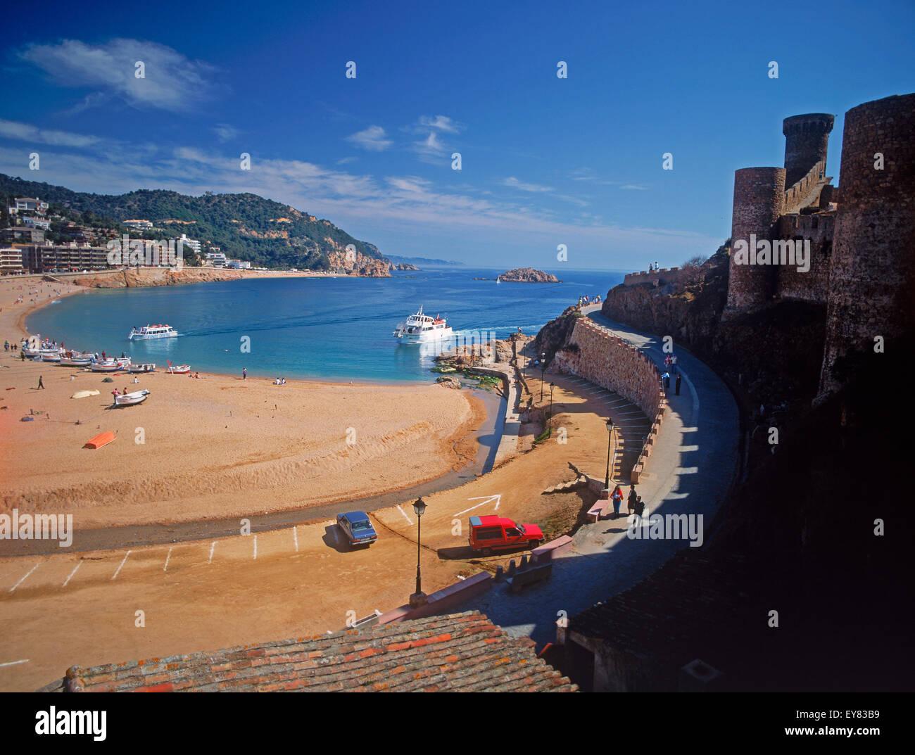 Tossa de Mar mit langen Sandstrand und Schloss in der Provinz Girona in Spanien Stockbild