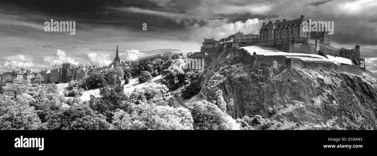 Laden Sie dieses Alamy Stockfoto BW-Panorama von Edinburgh Castle mit dramatischer Himmel, Old Town, Schottland - UNESCO-Weltkulturerbe, UK - EYAX43