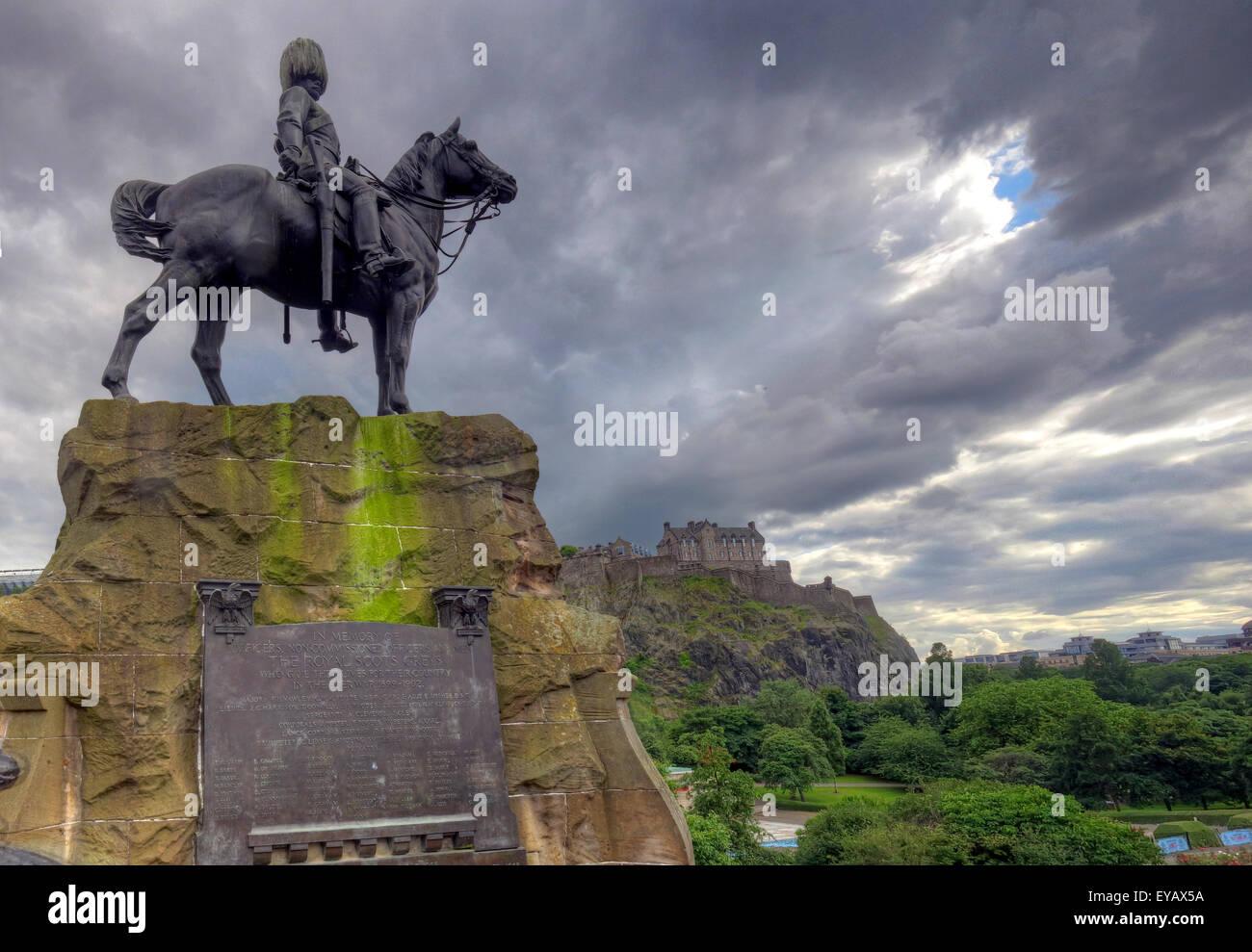 Laden Sie dieses Alamy Stockfoto Statue/Gedenktafel in Erinnerung an die Royal Scots Greys, Princes St, Edinburgh, Scotland, UK - EYAX5A