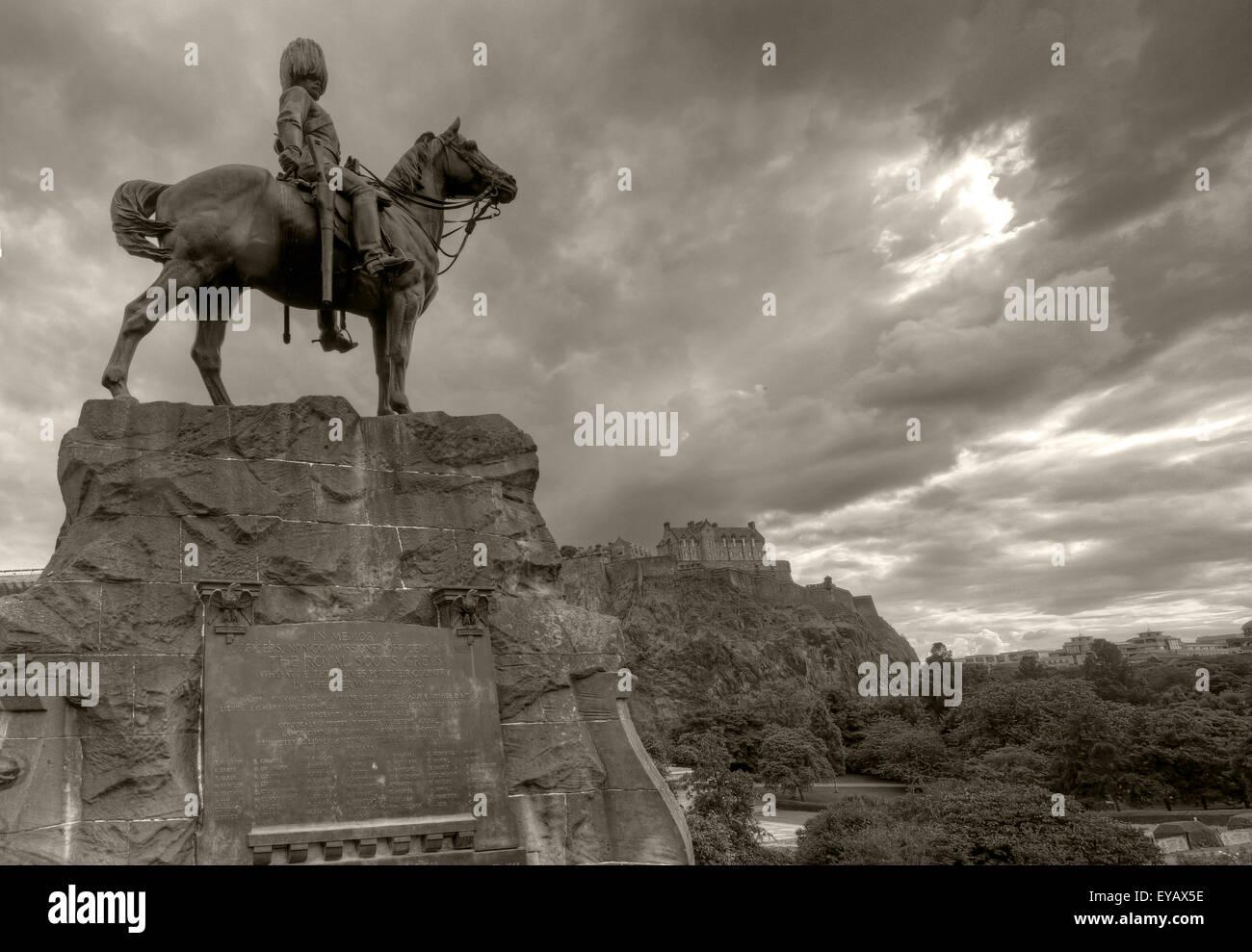 Laden Sie dieses Alamy Stockfoto S/w-Statue/Gedenktafel zur Erinnerung an die Royal Scots Greys, Princes St, Edinburgh, Scotland, UK - EYAX5E