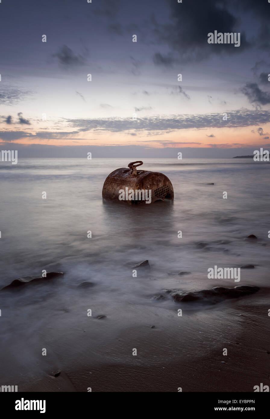 Alte rostige Metallteil in das Meer verlassen. Tarifa, Cádiz, Costa De La Luz, Andalusien, Südspanien. Stockbild