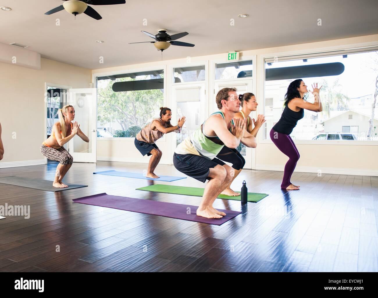 Fünf Menschen in Yoga-Kurs Stockbild