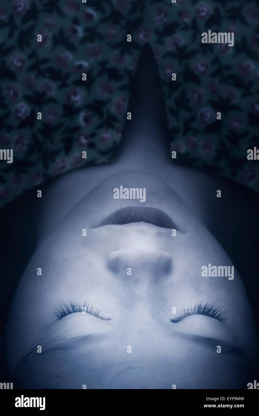 Kopfschuss von einem Mädchen liegend mit geschlossenen Augen Stockbild