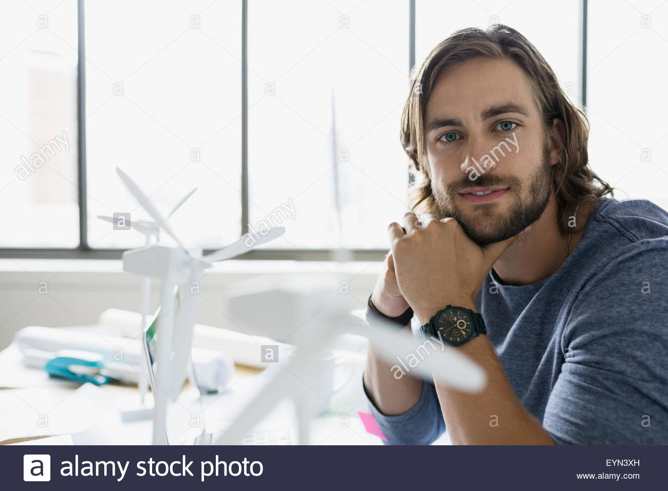 Porträt zuversichtlich Ingenieur mit Wind-Turbine-Modelle Stockbild