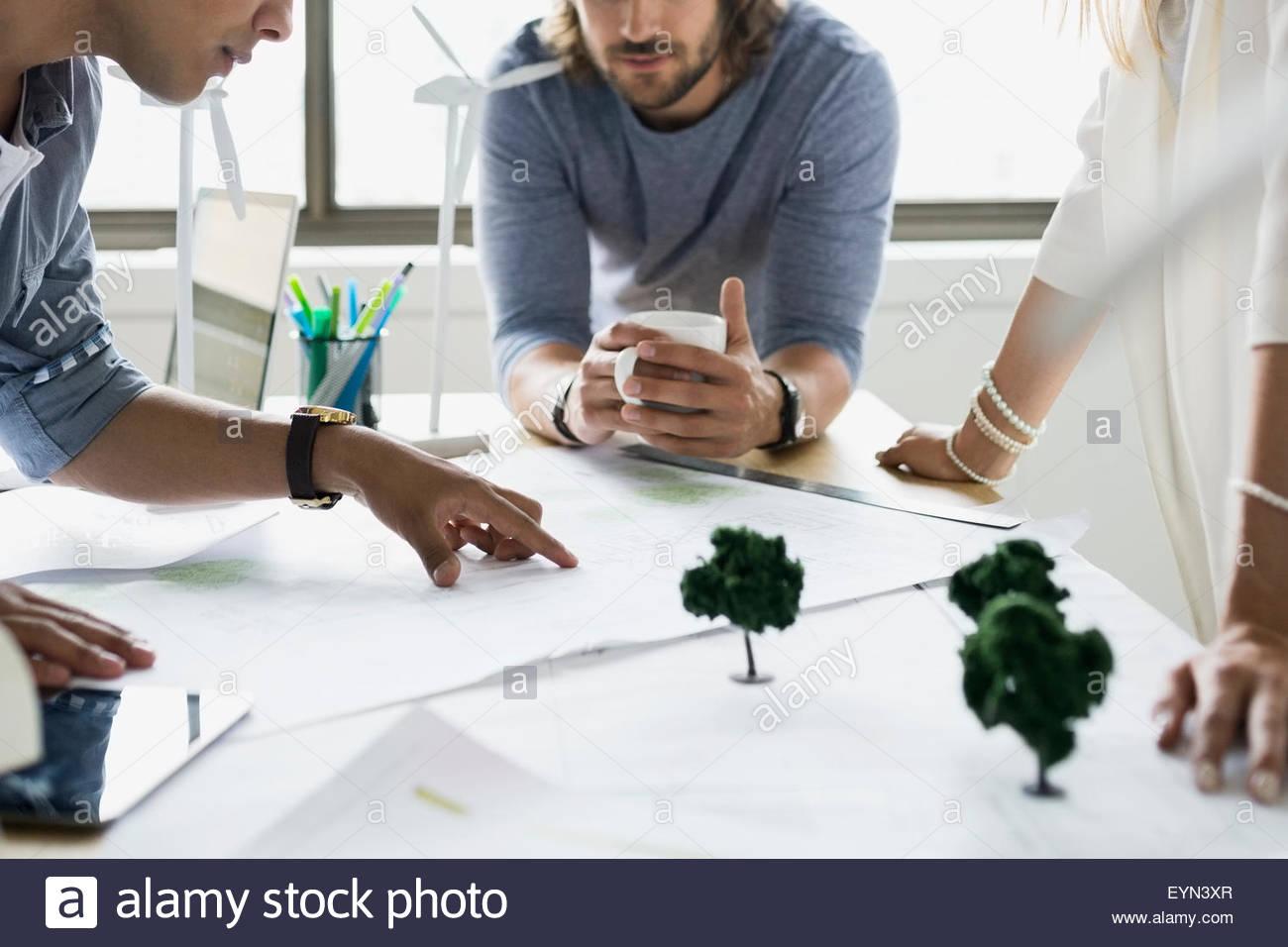 Baupläne in Sitzung diskutieren Architekten Stockbild