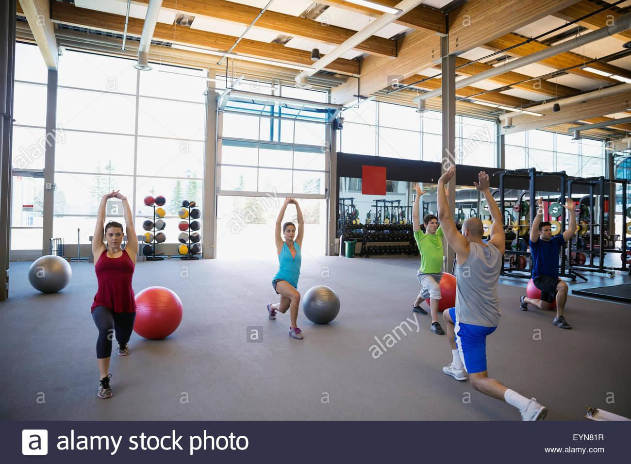 Übung Klasse machen Ausfallschritte mit Armen angehoben gym Stockbild