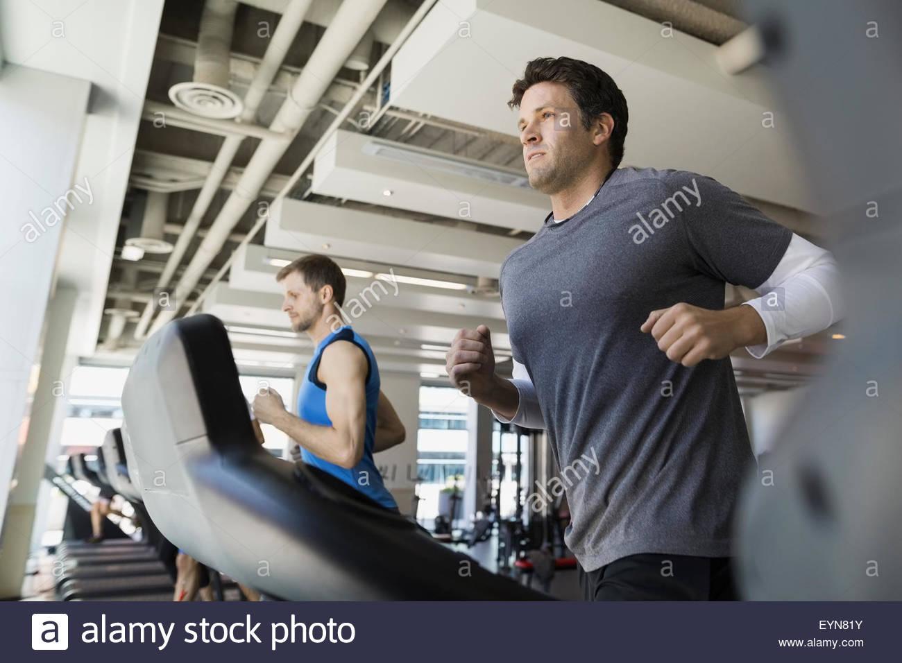Entschlossenen Mann Joggen auf dem Laufband im Fitnessstudio Stockbild