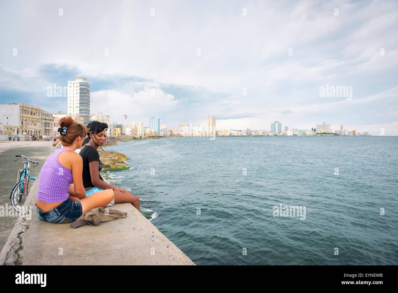 Havanna, Kuba - Mai 2011: Kubaner entspannen Sie an der Wand des Malecon, ein beliebter Ort für Geselligkeit, Stockbild