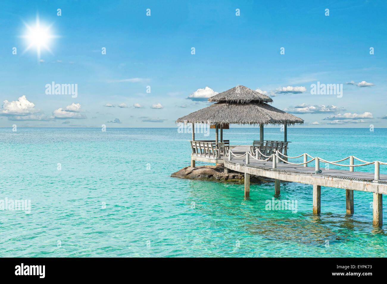 Sommer, Reisen, Urlaub und Ferien-Konzept - Holzmole in Phuket, Thailand Stockbild