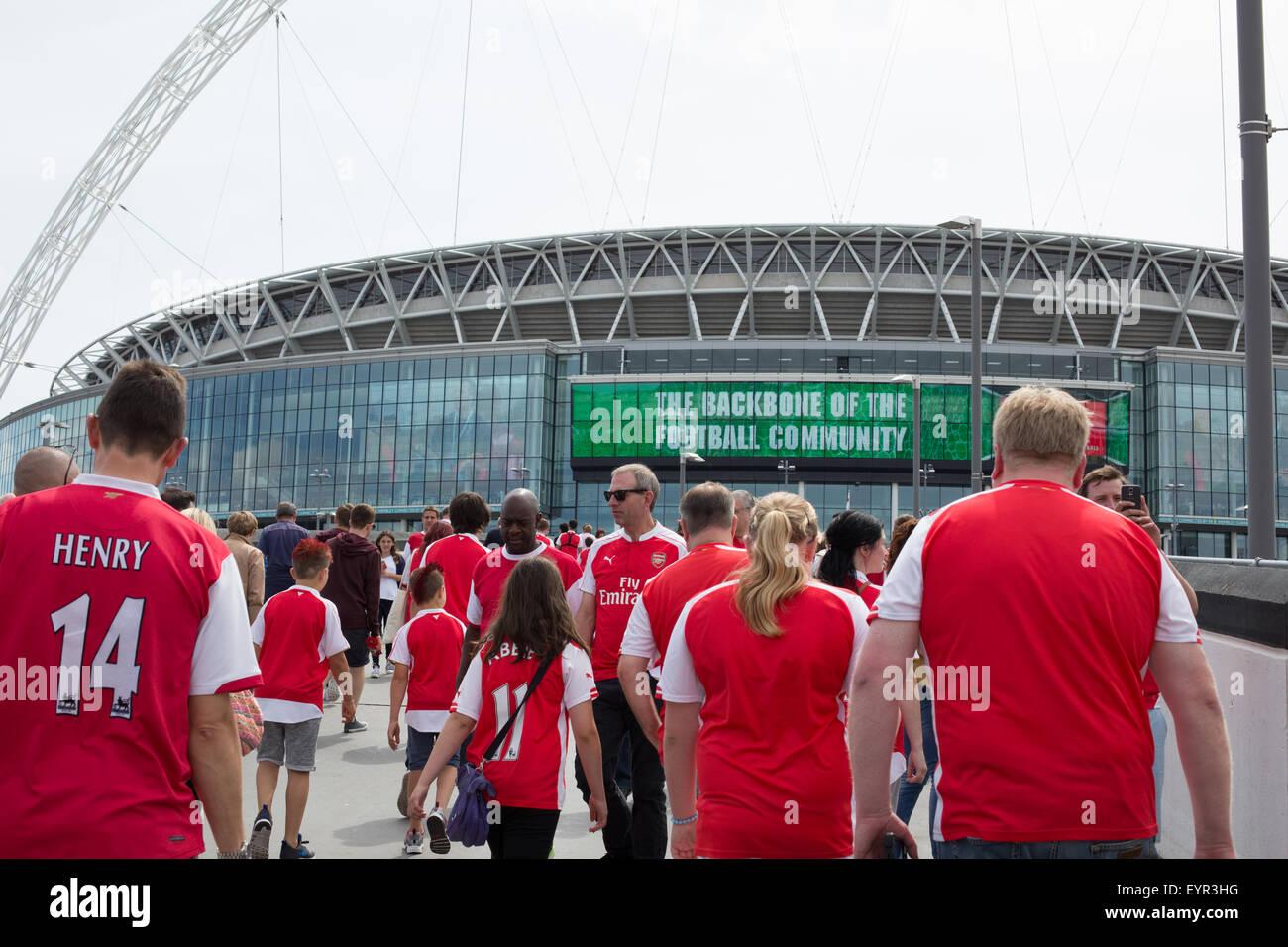 Arsenal-Fußball-Fans in Richtung zum Wembley-Stadion um den Community Shield 2015 zu sehen Stockbild