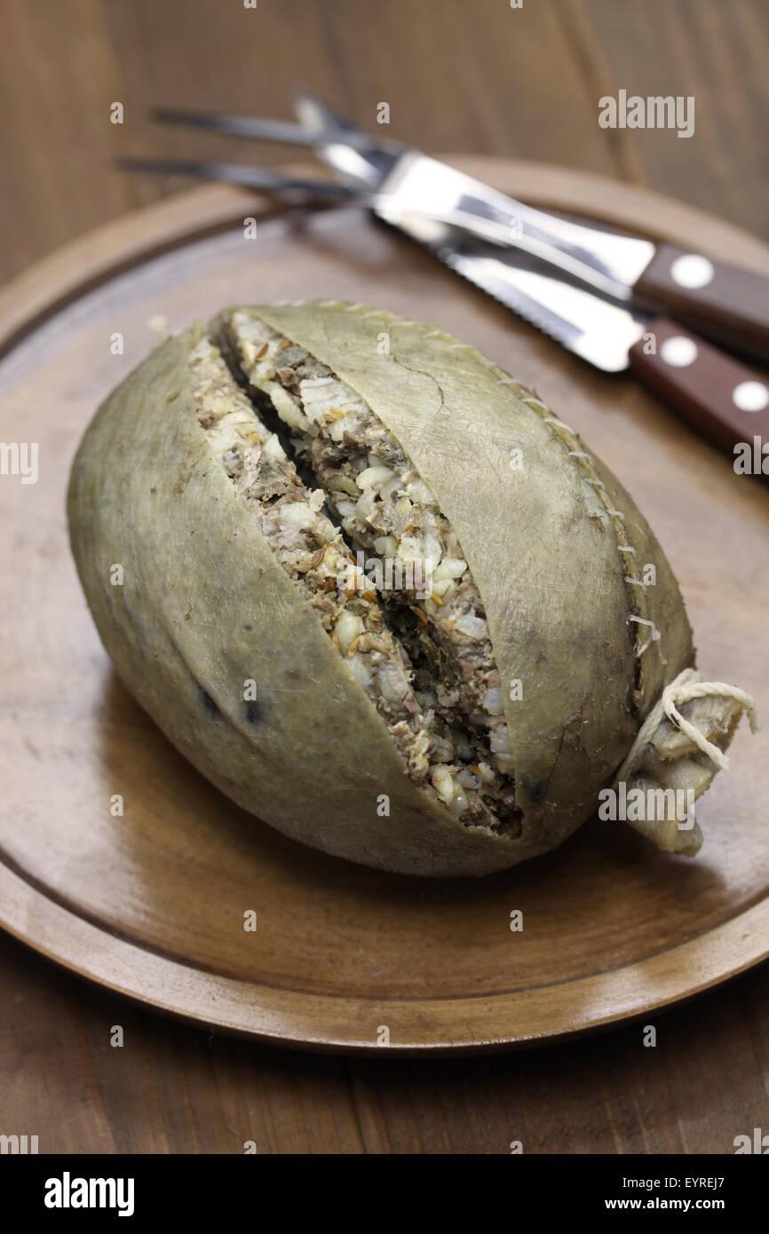 hausgemachte Haggis, Schottland Speisen auf hölzernen Hintergrund isoliert Stockbild