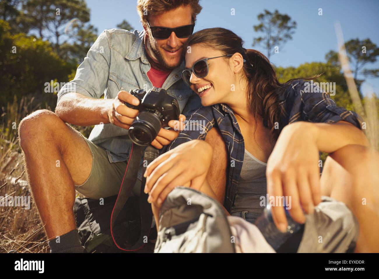 Wanderer-paar Digitalkamera aufgenommenen Bildes auf, während der Fahrt in den Urlaub im Freien. Lächelnde Stockbild