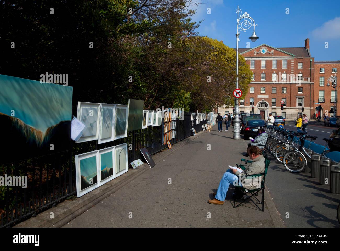 Kunstausstellung auf dem Geländer der Merrion Square, mit Holles Street Mutterschaft Krankenhaus hinter, Stadt Stockbild