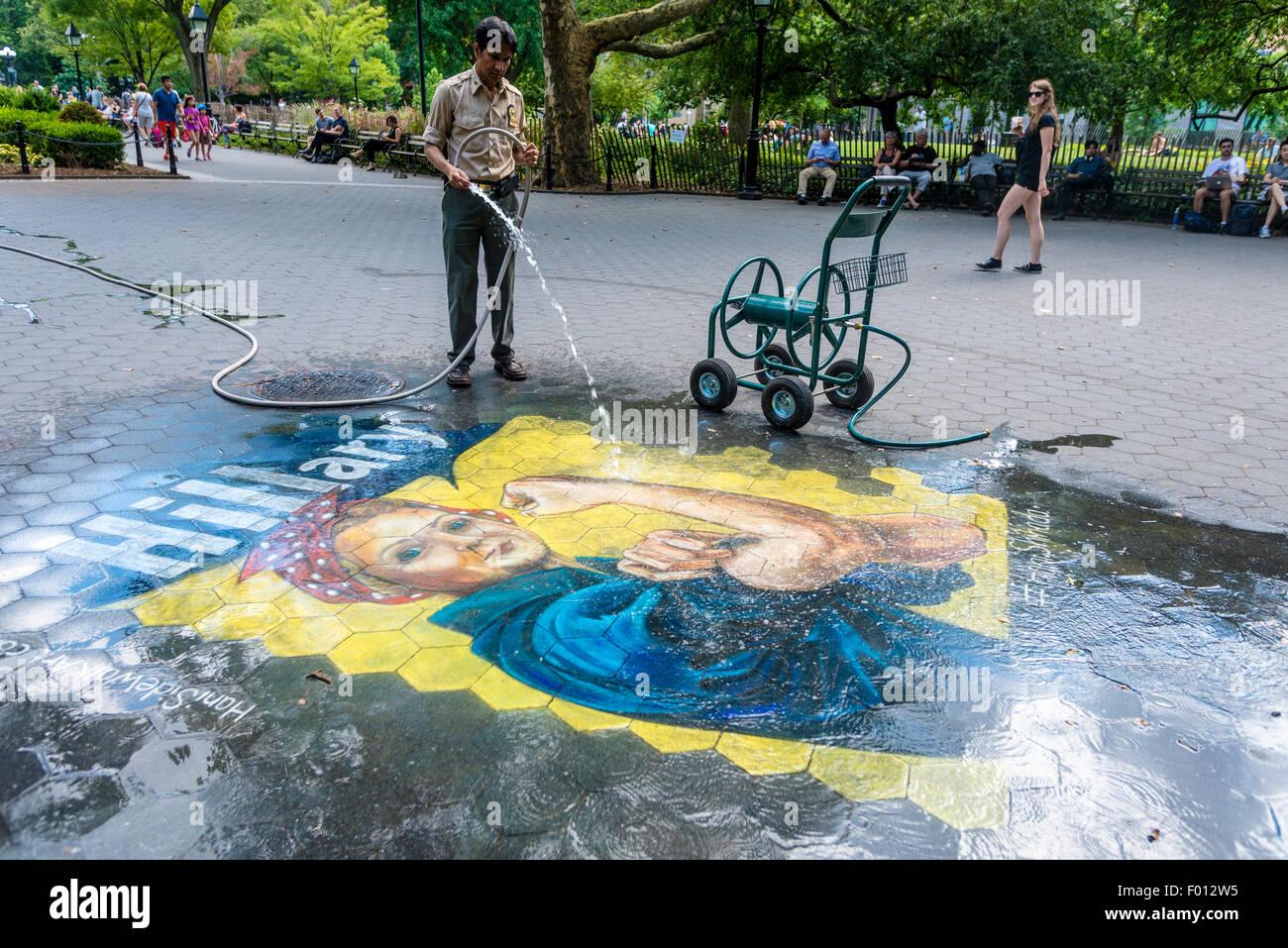 New York, NY versucht 5. August 2015 - A Parks Department Arbeiter eine Hillary Mural im Washington Square Park Stockbild