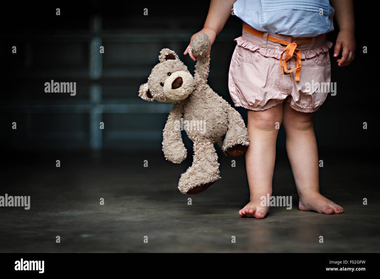 Geringen Teil ein Mädchen hält ihr Teddy Bär Stockbild