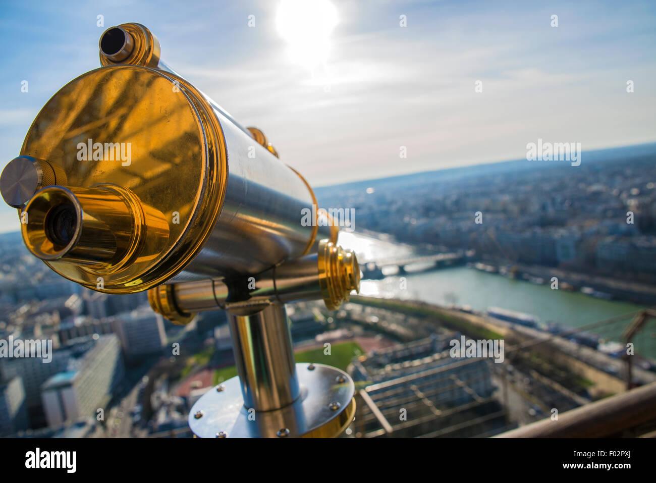 Teleskop und Aussicht von der Spitze des Eiffelturms, Paris Stockbild