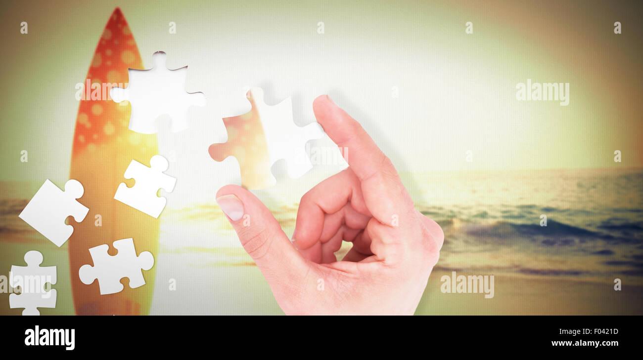 Zusammengesetztes Bild des Kaufmanns Messung etwas mit seinen Fingern Stockbild