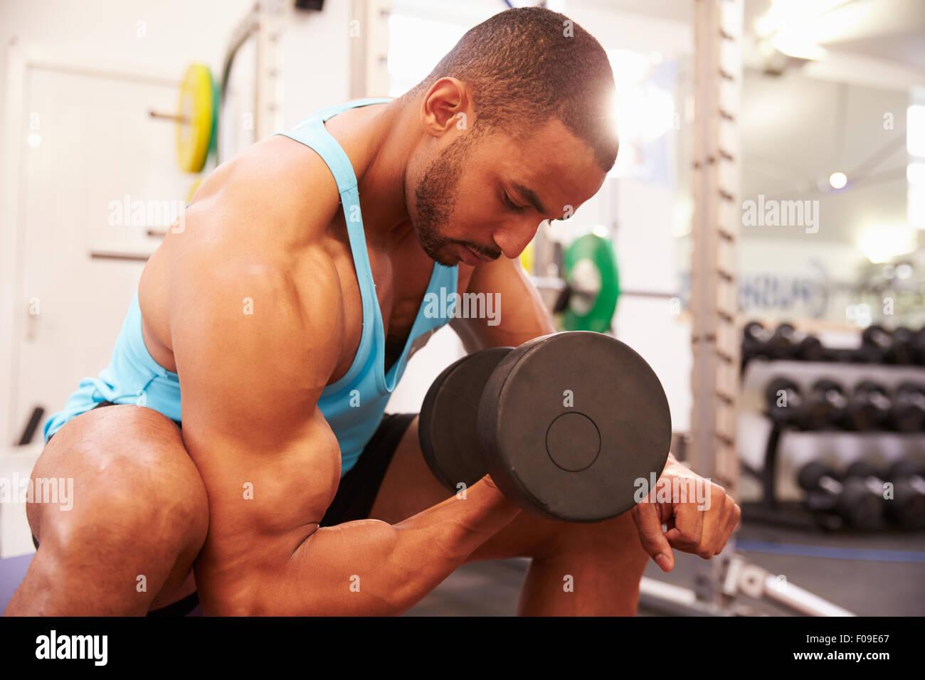 Mann, das Training mit Hanteln in einem Fitnessstudio, horizontale erschossen Stockbild