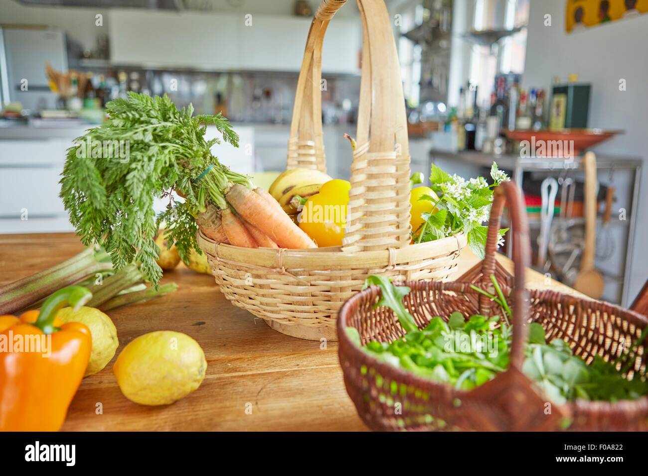 Stillleben mit Gemüse, in Körben auf Tisch in der Küche Stockbild