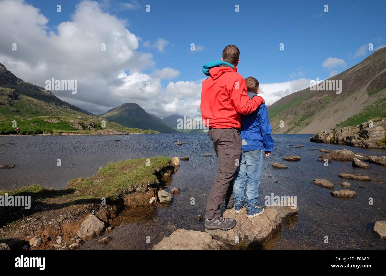 Vater und Sohn genießen Sie den Blick auf wastwater im Lake District, Cumbria, Großbritannien Stockbild