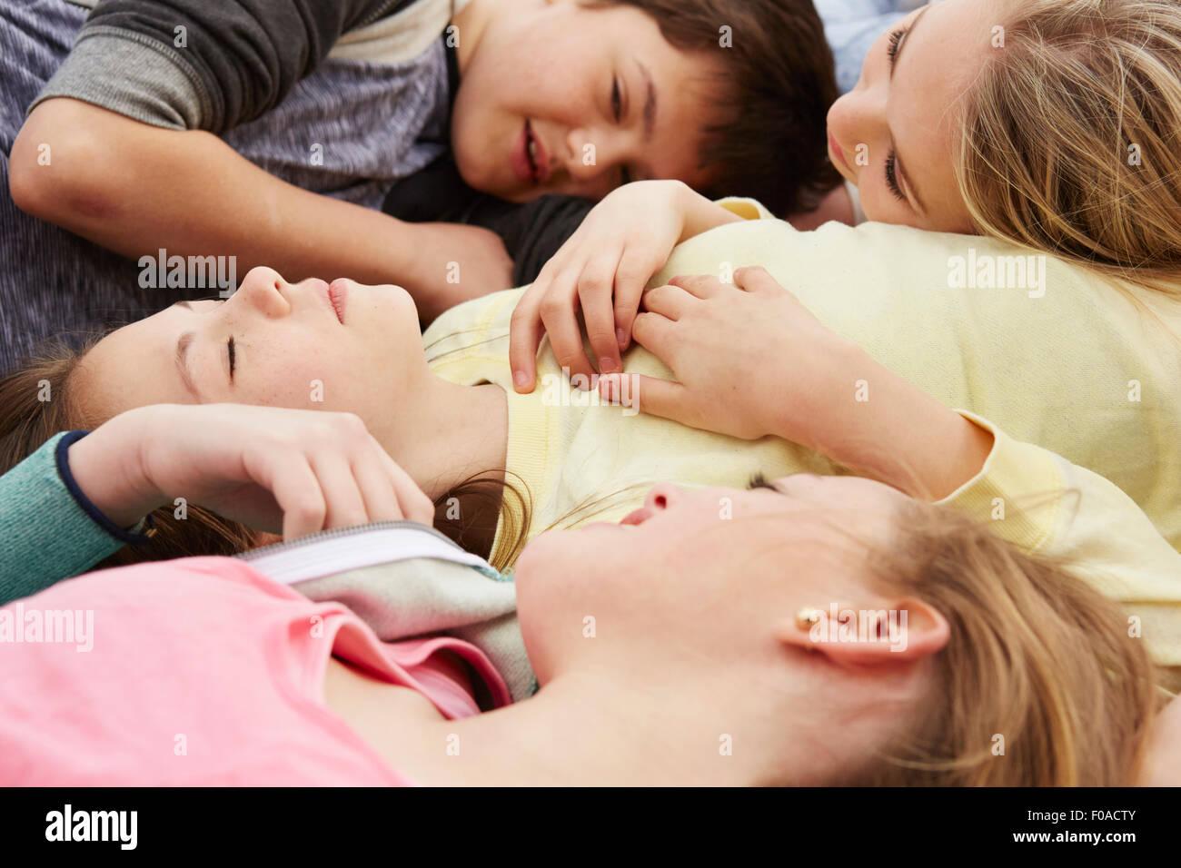 Fünf jungen und Mädchen liegend mit Augen geschlossen Stockbild