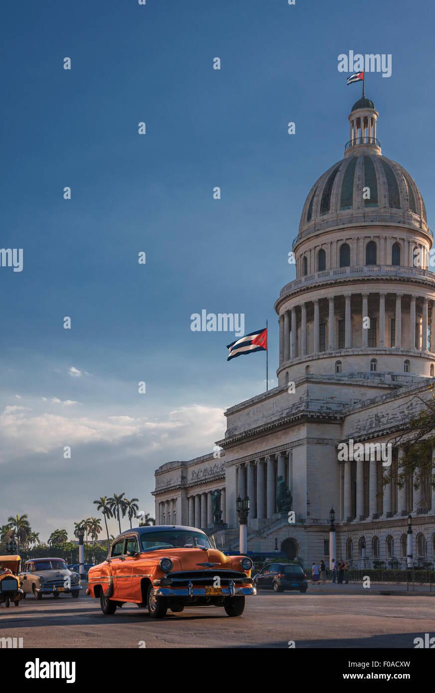 Oldtimer Fahrt vor Capitol Building, Havanna, Kuba Stockbild
