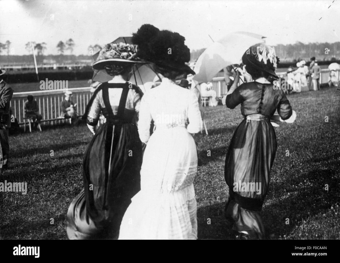 Mannquins bei Race Course, um 1910 Stockbild