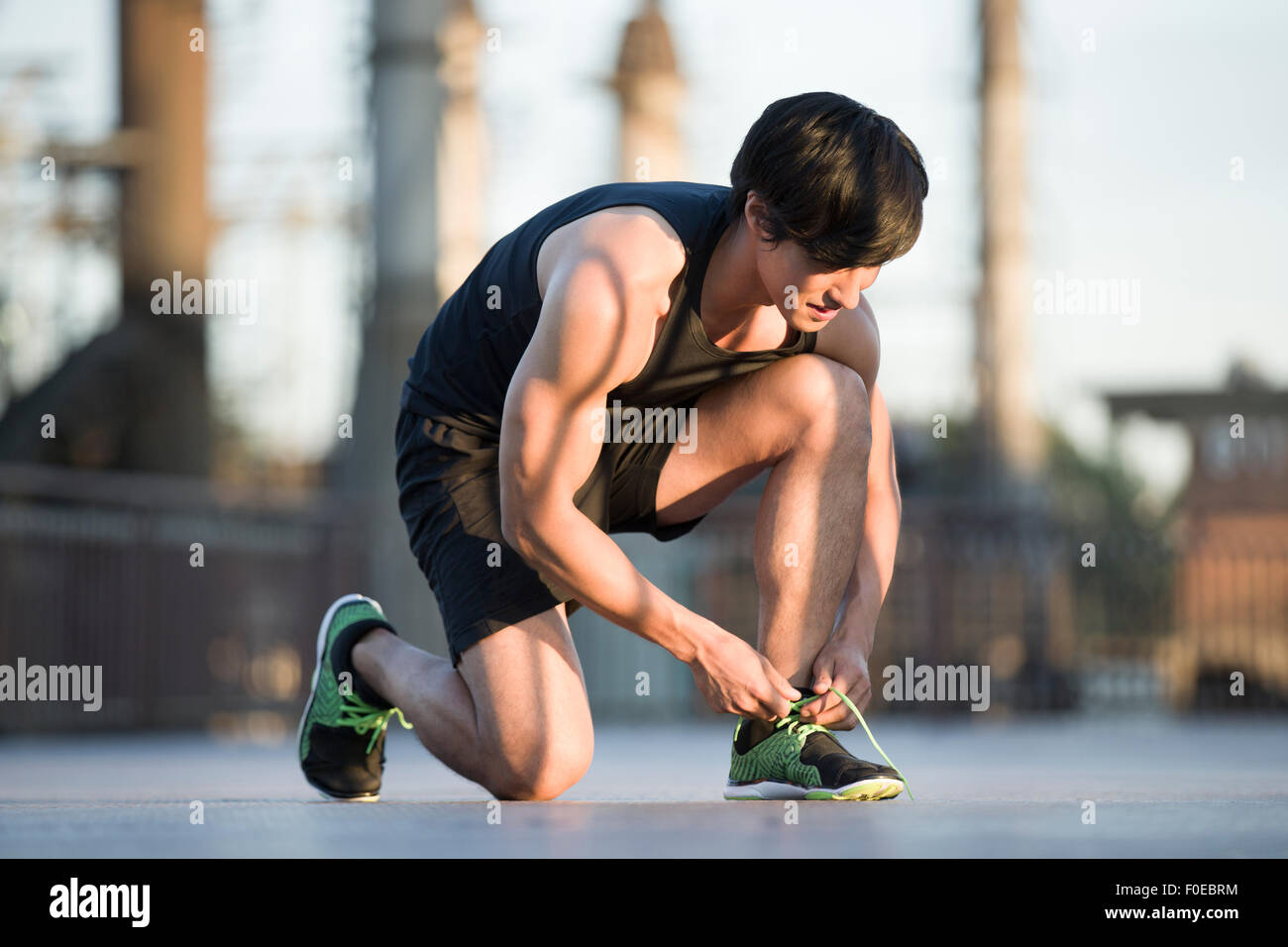 Junge Jogger binden Spitze Stockbild